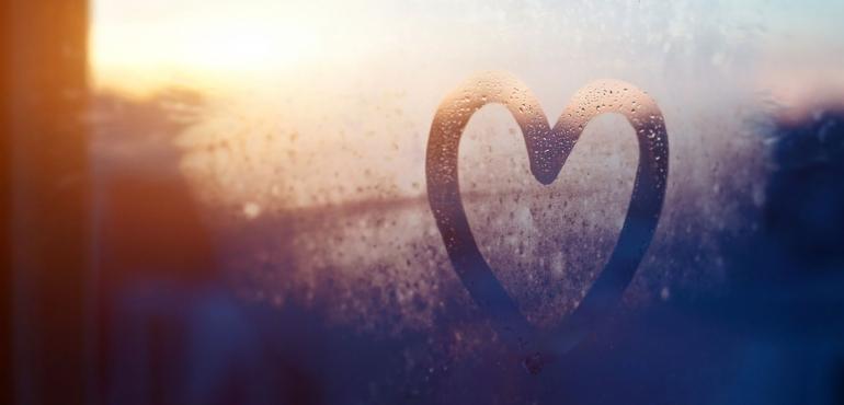 un cuore disegnato su un vetro umido a indicare il rapporto che nasce con la fidelizzazione dei clienti